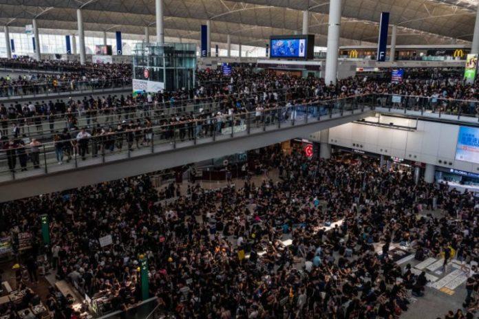 hongkong protestors occupy airport