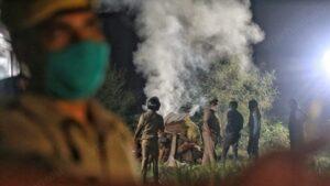 hathras police burn body